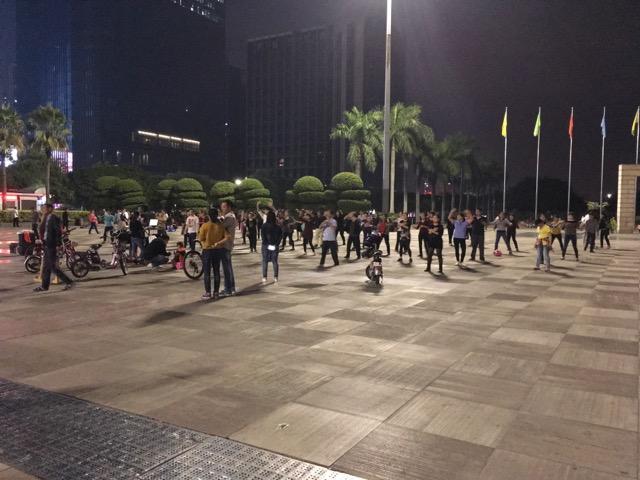 深センの広場で踊る人々