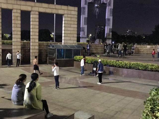 深センの広場でヒップホップを踊る若者