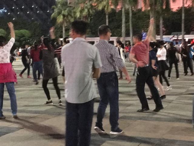 広場で踊るおじさん