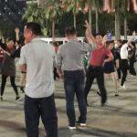 中国の広場で踊るおじさん