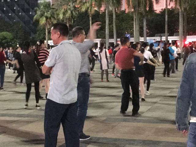 深センの広場で踊るおじさん