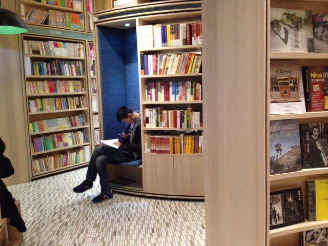 深センの本屋でたち読みする人